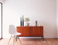 チェストとイスと植木鉢 02022345077| 写真素材・ストックフォト・画像・イラスト素材|アマナイメージズ