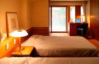寝室のベッドとデスク