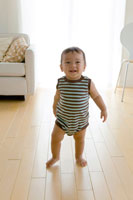 歩き始めの赤ちゃん
