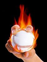 燃えるボールを持つ手
