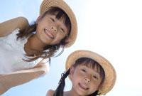 青空と麦わら帽子の姉妹