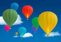 青空に浮かぶたくさんの気球
