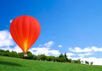 草原と空と赤い気球