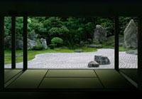 建物内から見た日本庭園