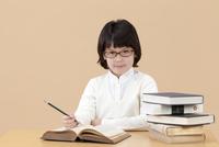 机で勉強する女の子 02022349866  写真素材・ストックフォト・画像・イラスト素材 アマナイメージズ