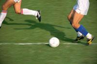 ドリブルするサッカー選手の足とボール 02044000106| 写真素材・ストックフォト・画像・イラスト素材|アマナイメージズ