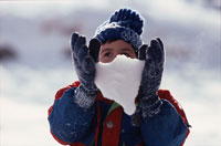雪を持つ外国の子ども