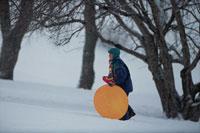 雪の中を歩く子ども