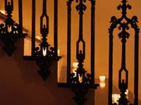 階段に置かれたキャンドル 02104000017| 写真素材・ストックフォト・画像・イラスト素材|アマナイメージズ