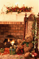 暖炉の前のいすの上のテディベアとギフト