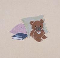 クッションと本とクマのぬいぐるみのきり絵