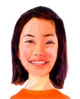 肩上の髪で白い歯を見せて笑うオレンジ色のシャツを着た女性