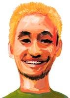 金髪に染めた白い歯を見せて笑う男性