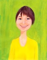 緑を背景に黄色のシャツを着て笑顔のショートヘアの女性