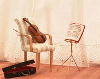 ミニチュアのバイオリンと楽譜台