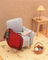ミニチュアのソファと編み物