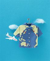 フェルト製の地球柄のシャツと飛行機