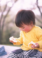 パンを食べる日本人の女の子 02122010219| 写真素材・ストックフォト・画像・イラスト素材|アマナイメージズ