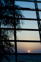 ガラス越しに見える日の出