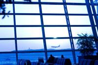 ガラス越しに見える飛行機