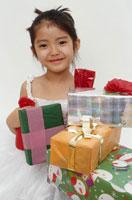 プレゼントを持つ日本人の女の子