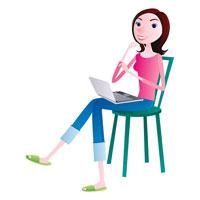 パソコンを膝に乗せて座る女性