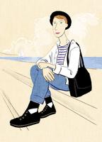 海とヨットを背景にしたボーダーシャツの男性 02130010108| 写真素材・ストックフォト・画像・イラスト素材|アマナイメージズ