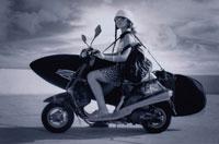 スクーターに乗るサーファー(B/W) 02136010002| 写真素材・ストックフォト・画像・イラスト素材|アマナイメージズ