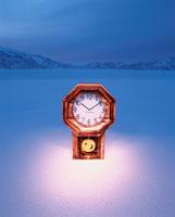 凍み渡る雪原と時計  魚沼 新潟県
