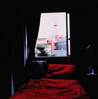赤いベッド゙のある窓辺