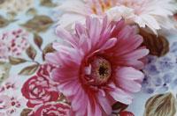 花柄のテーブルクロスとピンク色の造花