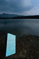 湖と神秘的な扉 合成 山梨県