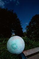 ベンチと植物と神秘的な球体 東京都
