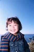 海で笑う日本人の男の子
