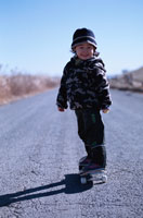 スケートボードに乗る日本人の男の子