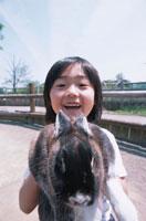 ウサギを抱く日本人の男の子