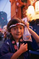 祭りにてはっぴ姿で金魚を持つ男の子 所沢市 埼玉県