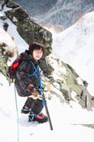 雪山を登る男の子