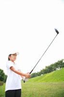 ゴルフのドライバーを振る少年 02148011607| 写真素材・ストックフォト・画像・イラスト素材|アマナイメージズ