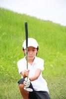 ゴルフのパターのコースを読む少年