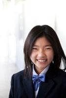 廊下に立つ笑顔の女子中学生
