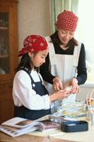 お菓子作りをする日本人の母娘