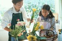 花をいける日本人の母娘