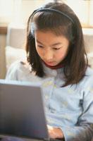 パソコンに向かう日本人の女の子