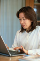 ノートパソコンに向かう日本人女性 02155010218| 写真素材・ストックフォト・画像・イラスト素材|アマナイメージズ