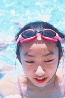 水の中の日本人の女の子