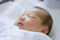 生後3日目の赤ちゃん 02155010563| 写真素材・ストックフォト・画像・イラスト素材|アマナイメージズ