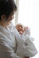 抱っこされる生後11日目の赤ちゃん