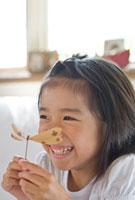 竹細工で遊ぶ女の子