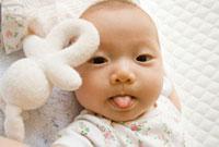 舌を出す赤ちゃんの顔